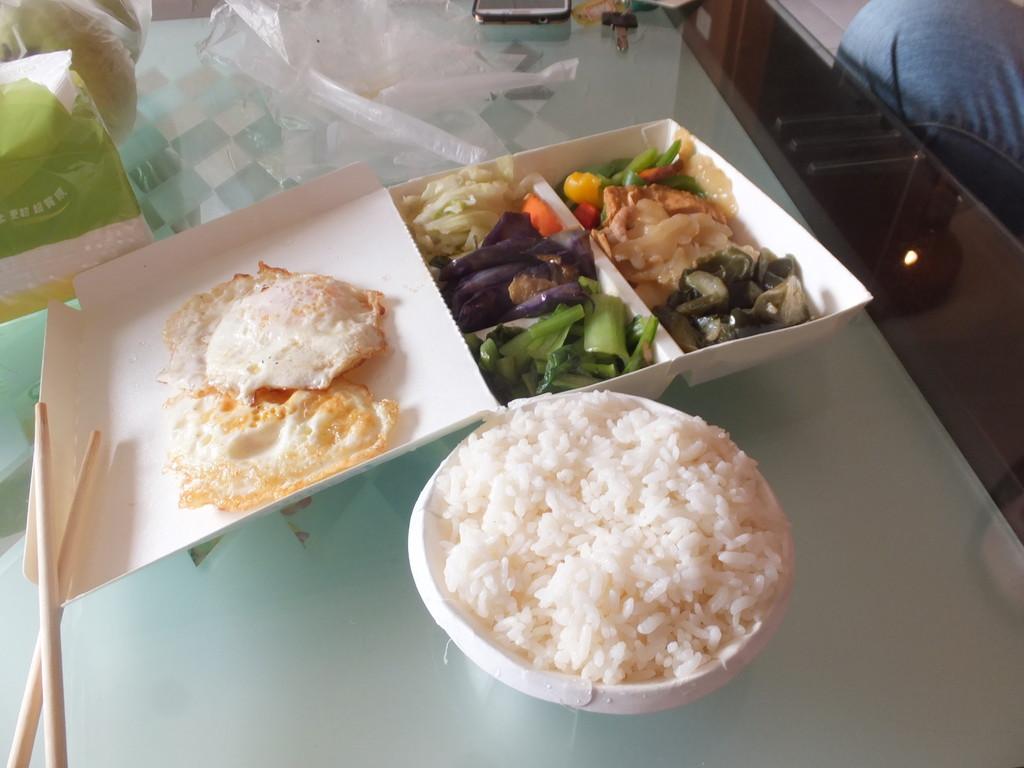 排骨飯・鶏肉と野菜の盛り合わせ弁当
