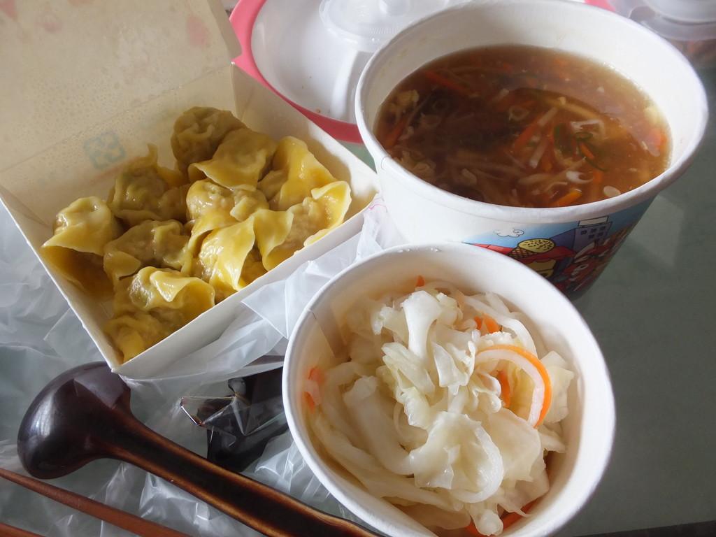 テイクアウトの水餃子と酸辣湯
