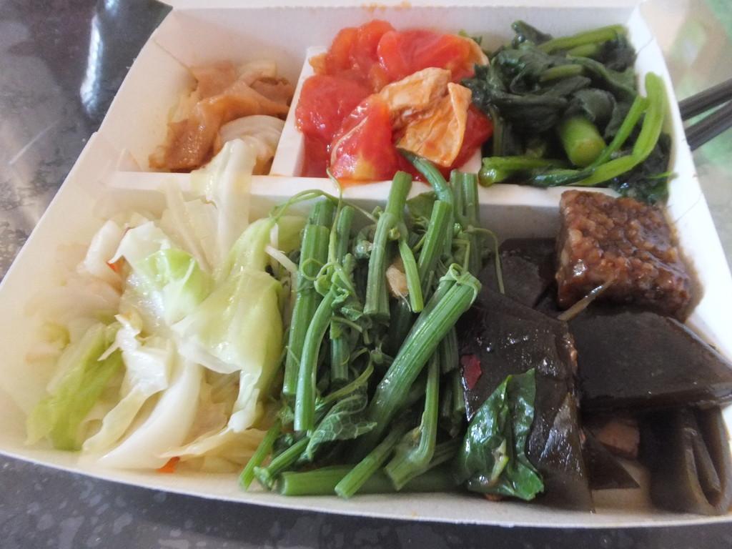 排骨飯(75元)と野菜弁当(78元)