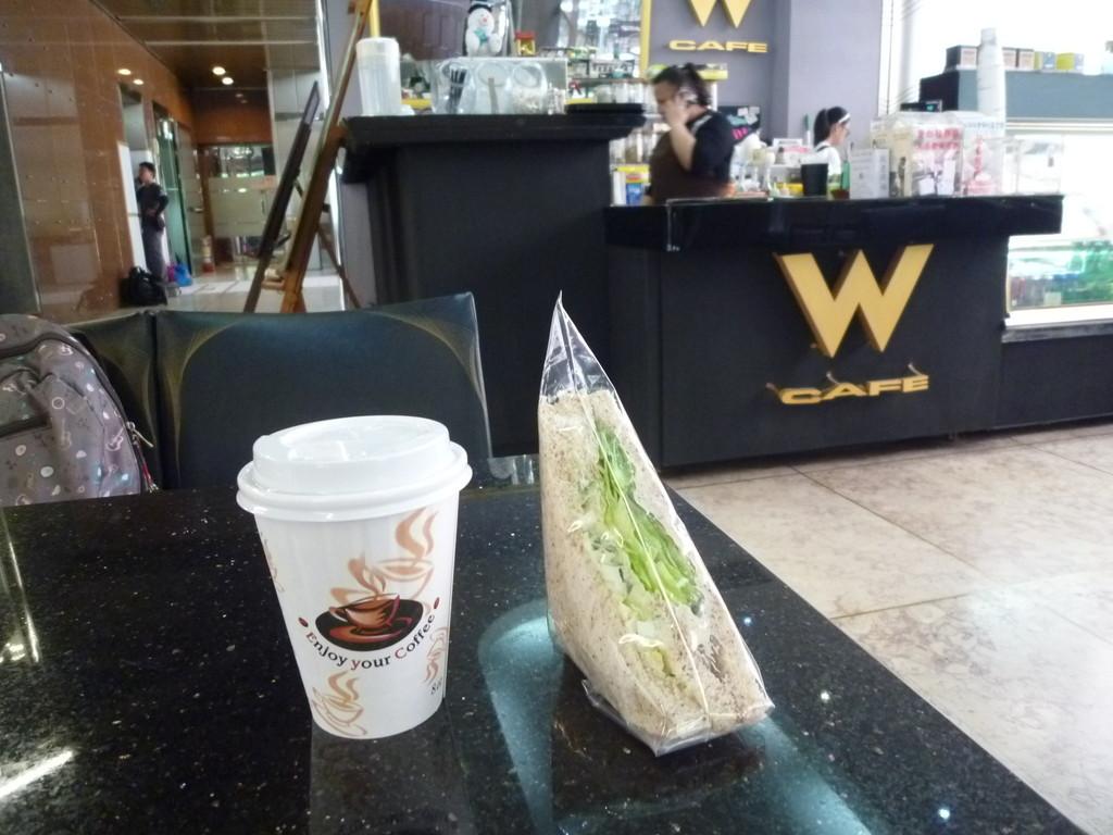 私は1Fの喫茶コーナーサンドウィッチと珈琲を飲みながら待っていました